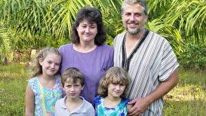 Greg e Rebecca Pruett e seus filhos